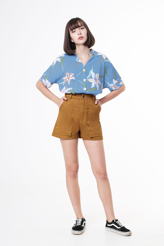 JULIAN PATCH POCKET SHORTS IN CARAMEL