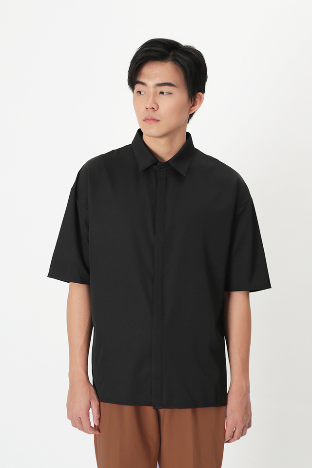 SANS CONCEALED PLACKET SHIRT IN BLACK